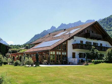Traumhaft ausgeführte Landhausvilla mit sehr großzügigem Grundstück