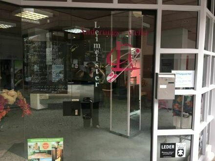 Offener Nebenraum mit Schaufensterfront in Ladengeschäft