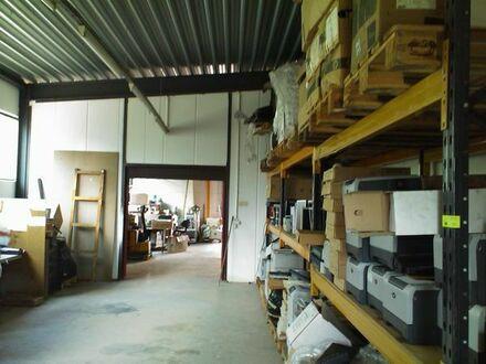 Halle mit Rolltor , Büroräumen sowie Sanitärbereich