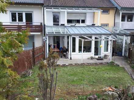 Für Kapitalanleger - 4 Familienhaus in Esslingen mit Garten und drei Garagen.