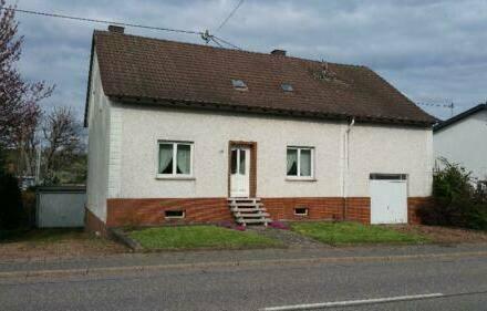 Weiskirchen - Freistehendes Einfamilienhaus mit angebauter Scheune