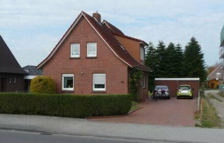 Moormerland - Haus mit 2 Wohnungen und Baugrundstück in zentraler Lage