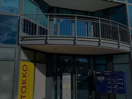 Brackenheim - Gepflegte Penthouse-Wohnung mit drei Zimmern sowie Balkon und Einbauküche in Heilbronn (Kreis)