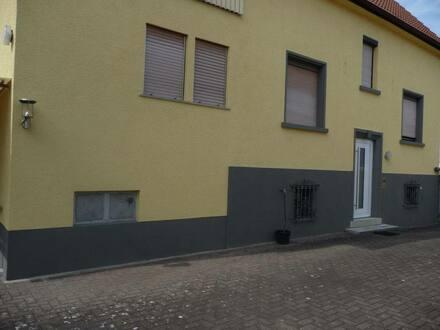 Karlsdorf-Neuthard - Ein - bis Zweifamilienhaus mit Pferdestall und großem Garten