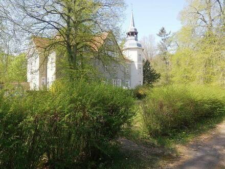 Bad Wilsnack - Jagdschloss auf großem Grundstück in ruhiger, grüner Umgebung mit Nebengebäuden