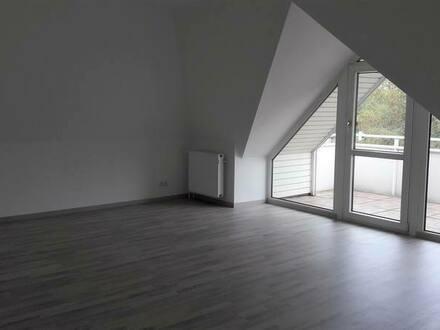 Frankfurt - Große und helle 2- Zimmer Dachgeschoss-Wohnung mit Einbauküche in Frankfurt Ginnheim, Nähe Bundesban