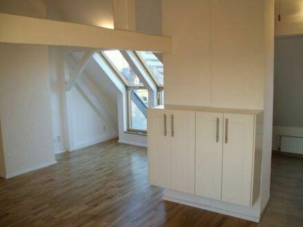 2 ZKB Dachgeschosswohnung mit Balkon inkl. Küche & WM (~65 m2)