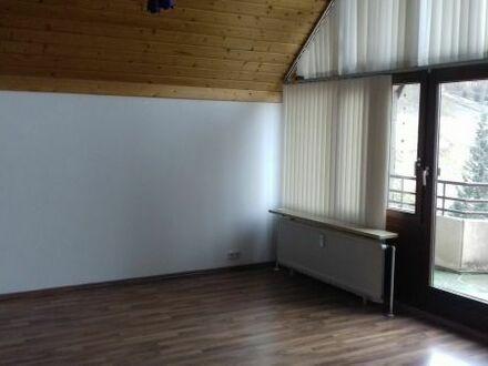 Weissach-Flacht: Sehr große (ca.150m2) 4,5-Zimmer-Maisonette-Wohnung mit EBK, Balkon und Garage.