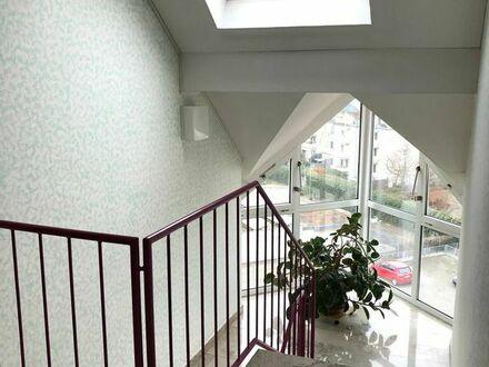 Frankenthal: Geräumige 1-Zimmer-DG-Wohnung mit Einbauküche