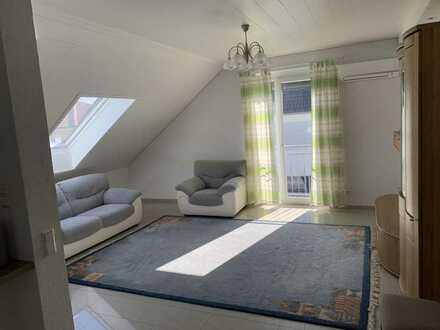 Lichtdurchflutete 3,5-Zimmer-DG-Wohnung, klimatisiert, mit Balkon und EBK in Steinmauern