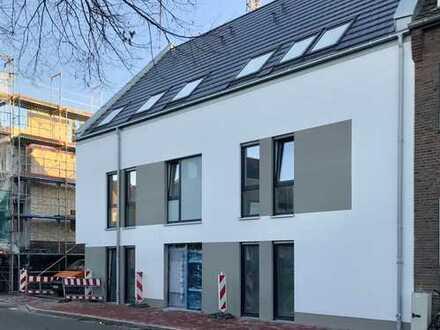 Stilvoller Neubau im Zentrum; 2-Zimmer-Erdgeschoss-Wohnung mit Einbauküche und grosser Terrasse