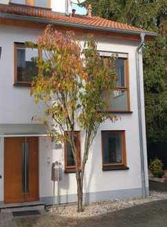 Schönes, geräumiges und helles Rehieneckhaus mit fünf Zimmern in Frankfurt am Main, Eckenheim
