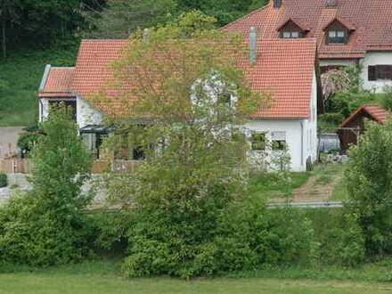 Neuwertige 4-Zimmer-Wohnung mit Terrasse, Wintergarten und Gartenanteil in Ihrlerstein