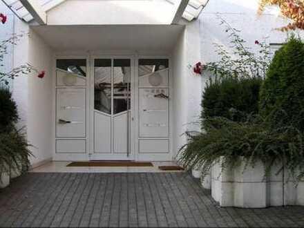 Helle, moderne, sanierte Wohnung mit EBK, riesiger Terasse und Gärtchen