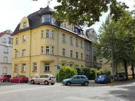 Schöne 2-Raum-Wohnung in Kulturdenkmal! 1. DG, Bad mit Wanne, offener Kochbereich mit EBK, Balkon