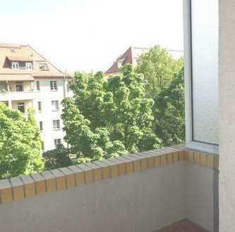 Helle Einraumwohnung zum Innenhof mit Balkon, Wohnküche, Tageslichtbad in Plagwitz.