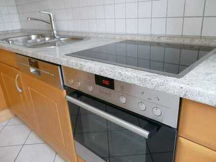 ...mit hochwertiger Einbauküche und Austrittsbalkon