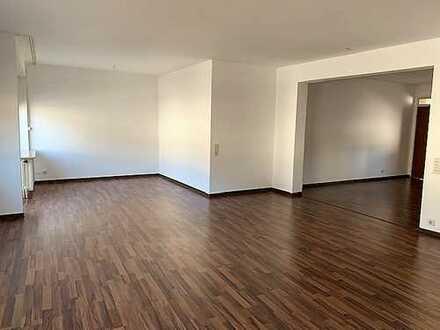 Schöne, helle 5 ZKB Wohnung mit 3 Balkonen.