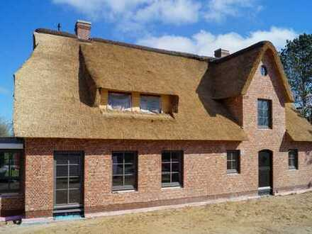 Erstbezug! Hochwertiges und repräsentatives Reetdachhaus!