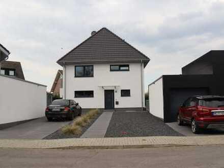 Freistehendes Einfamilienhaus 178m² KFW 55 Haus, 6 Zimmer mit Einbauküche und Garage.