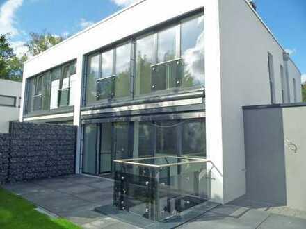Traumhafte Bauhaus-DHH mit Küche, 2 Bädern, Keller & Garage