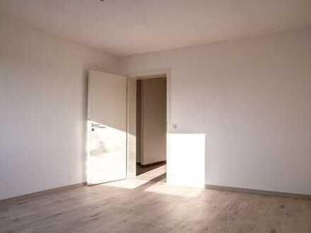 Sensationelle Lage! Neu renovierte 3-Zimmer-Wohnung (ELW) (2019) mit EBK und Bad.