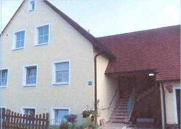 Gepflegte Dachgeschosswohnung mit drei Zimmern und Balkon Nähe Absberg