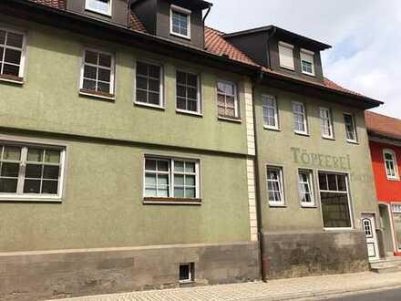 Mehrfamilienhaus mit 8 Wohnungen, Hoffläche und Parkplatzgrundstück in Römhild