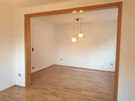 Preiswerte, renovierte 7-Zimmer-Wohnung mit Balkon und EBK in Dienethal/ Nassau