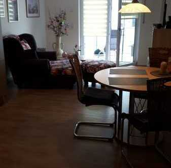 Neuwertige Wohnung mit zwei Zimmern sowie Balkon und EBK in Roding