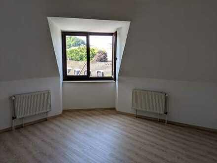 Gepflegte und freundliche 2-Zimmer-Dachgeschosswohnung in Bielefeld mit Blick auf die Sparrenburg