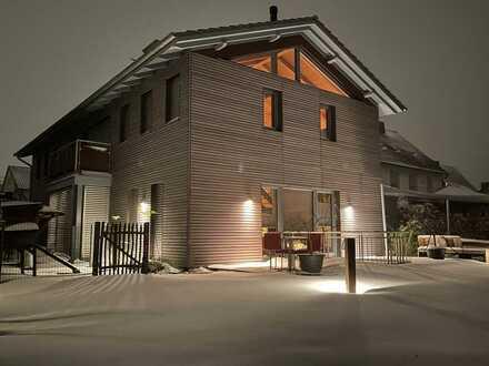 Exklusives Wohnhaus, lichtdurchflutet auf zwei Ebenen, Teilmöblierung, großer Garten und Pool