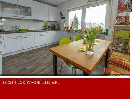 Komfortable Wohnung mit Einbauküche, Kaminofen, großem Balkon UND Stellplatz !!!