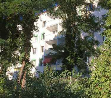 Zentrumsnah und geräumig...3-Raum-Wohnung in saniertem Plattenbau