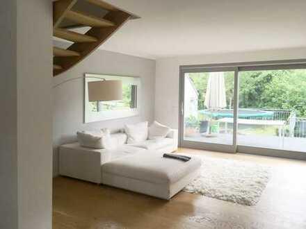 Stilvolle, neuwertige 6-Zimmer-Maisonette-Wohnung mit Balkon und EBK in Berg
