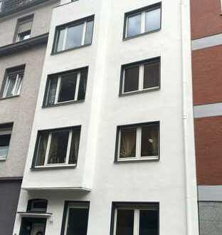 Klinikviertel: Sanierte Traumwohnung mit großem Balkon und Einbauküche