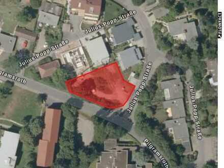 Schönes und sehr zentrales Grundstück inkl. genehmigter Planung eines 4-Familienhauses