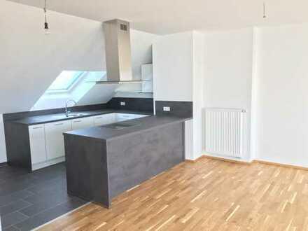 Neue helle 2,5 Zimmer-DG-Wohnung mit EBK & Cabrio Fenster