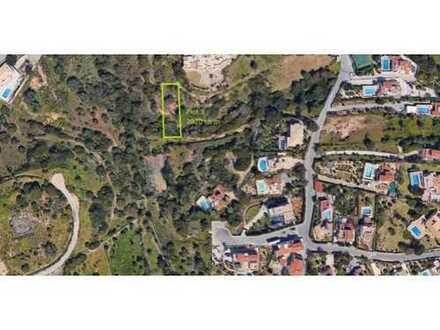 CARVOEIRO: Baugrundstück fußläufig zum Zentrum von Carvoeiro (2.020 m2)