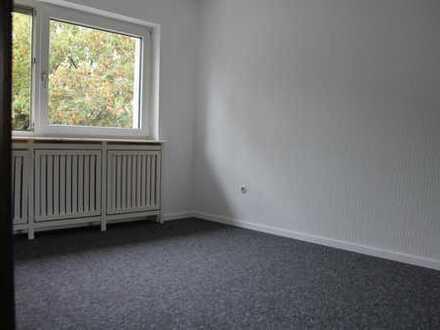 Mannheim-Sandhofen: WG-Zimmer mit abgetrenntem Arbeitsbereich und XXL-Spielgel-Kleiderschrank