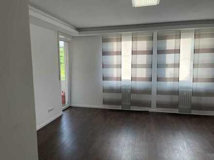 Stilvolle, modernisierte 3-Zimmer-Wohnung mit Balkon und Einbauküche in Neusäß-Steppach
