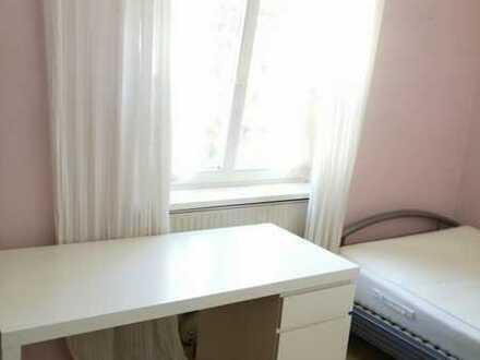 Gemütliches Altbau-Einzelzimmer mit eigener Pantry-Küche, Bett, Schreibtisch in einer 4er WG in der