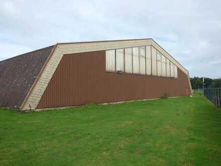 Tennishalle mit Anbau für Umkleide, Sanitär, Büro.