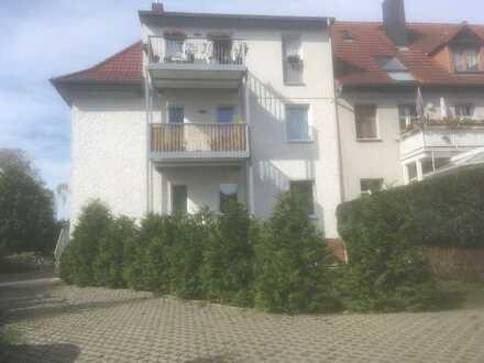 Neu sanierte Dreiraumwohnung mit großem Balkon im Dreifamilienhaus, kl. Garten, Garage u. Keller