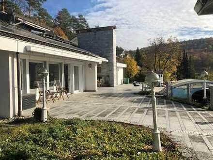 Sie erwarten mehr vom Wohnen - Villa mit Pool und Nebengebäude
