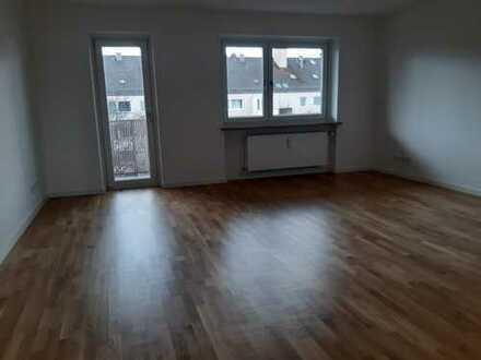 Erstbezug nach Sanierung: freundliche 2,5-Zimmer-DG-Wohnung mit EBK und Balkon in Laim, München