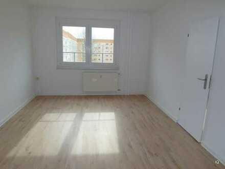 Preiswerte und schöne 3-Zimmer-Wohnung mit neuem Designboden, sep. Küche & Badewanne