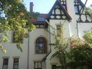 Geräumige 2 Raumwohnung mit 2 Balkonen in schöner Villa