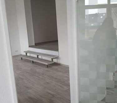 Bürofläche und Lagerhalle in einem Wohn- und Geschäftshaus zu vermieten.