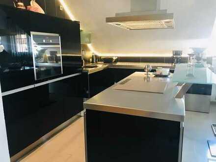 Gepflegte 3,5-Zimmer-DG-Wohnung mit Balkon und Einbauküche in Graben-Neudorf, im Stadtteil Graben.